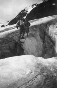 Ai bordi di un crepaccio con la guida alpina Achille Bacher