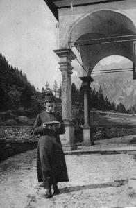 Don Rocco Beltrami davanti alla chiesa parrocchiale