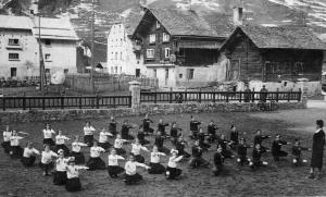Balilla e Piccole Italiane nel cortile della vecchia scuola elementare di Ponte
