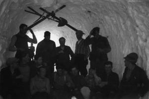 Operai nella galleria di neve a Morasco