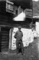 Uomo davanti casa a Morasco