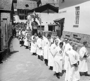 Processione con la statua di San Bernardo,il patrono della Valle
